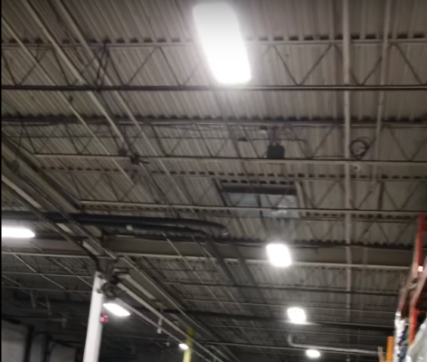Éclairage industriel au DEL d'un entrepôt